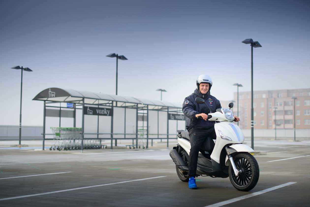 Lukáš Krpálek získal řidičský průkaz namotocykl vAutoškole VIP | Foto: Autoškola VIP